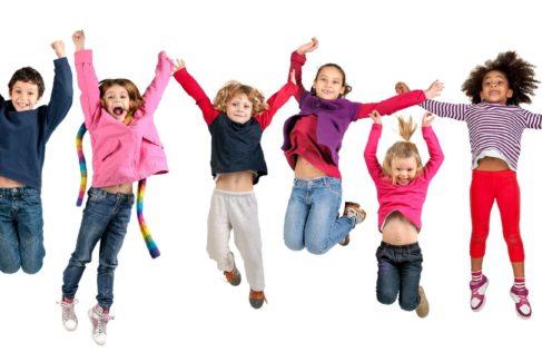 Kinder springen mit Händen nach oben